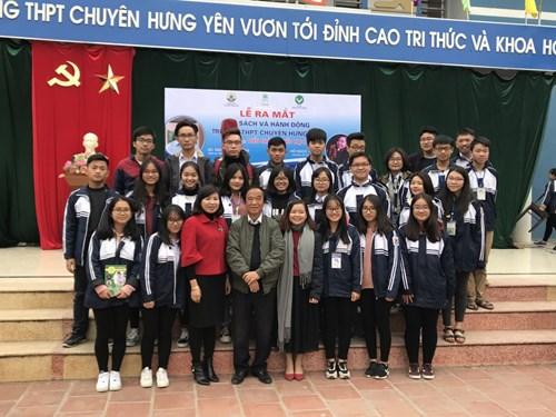 Giáo sư Nguyễn Lân Dũng trao đổi đôi điều với các bạn trẻ